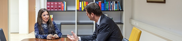 Anwalt in Klagenfurt bespricht Rechtsgebiete mit Kollegen