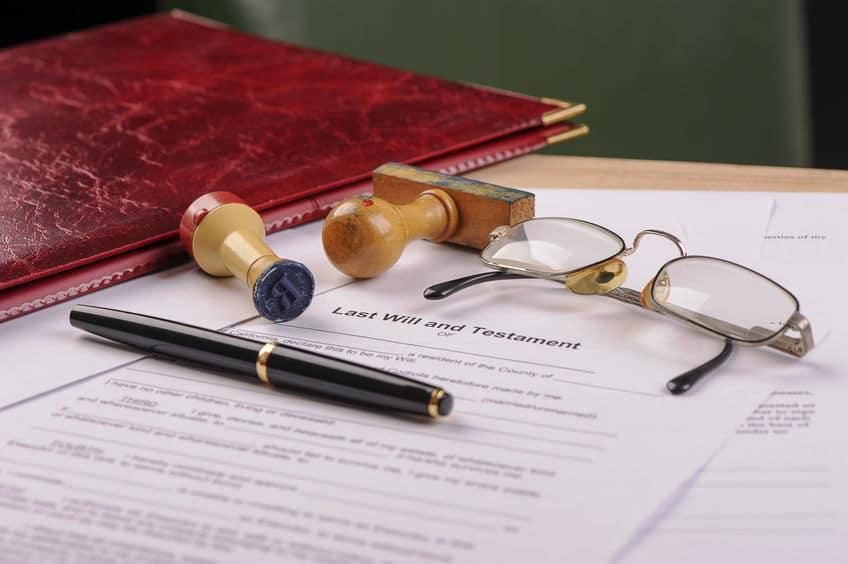 Familienrecht und Erbrecht durch Dokumente am Tisch der Kanzlei Studio Legale geregelt